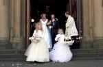 Die frisch Vermählten Silvia und Dieter verlassen die Kirche...