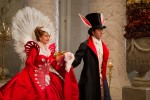 Die Königin (Julia Roberts) becirct Prinz Andrew (Armie Hammer)