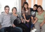 In den letzten Wochen vor der Geburt verbringen Jens (li.) und seine Melek die meiste Zeit bei Meleks Mutter Stella (re.), sowie den Geschwistern Melissa (12) und Sonnee (8)