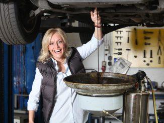 Eine Frau beim Ölwechsel