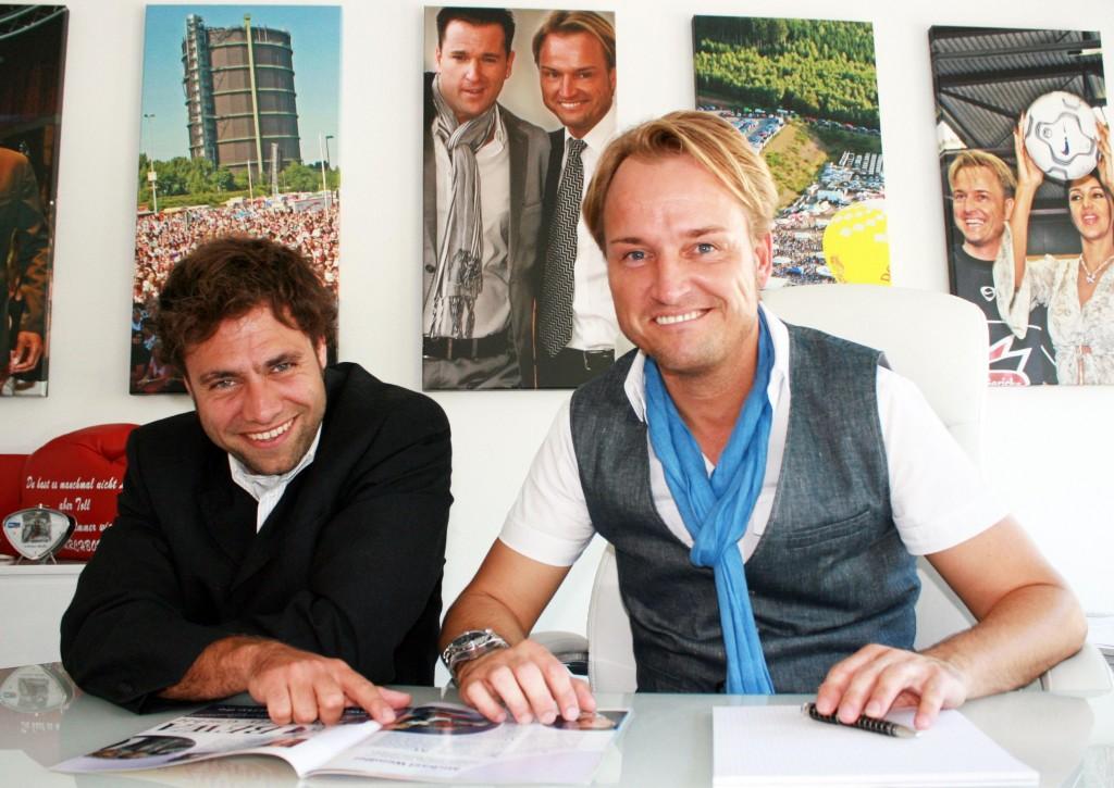 Claus (l.) absolviert ein Praktikum beim Eventmanager Markus Krampe