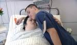 Nach ihrer Operation am Oberschenkel freut sich Manuela (34) über den Besuch ihres Sohnes Lukas (14)