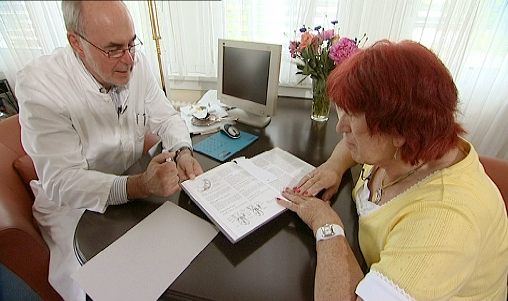 Vom plasischen Chirurg Dr. Bruck lässt sich Heinz die anstehende geschlechtsangleichende Operation ganz genau erklären.