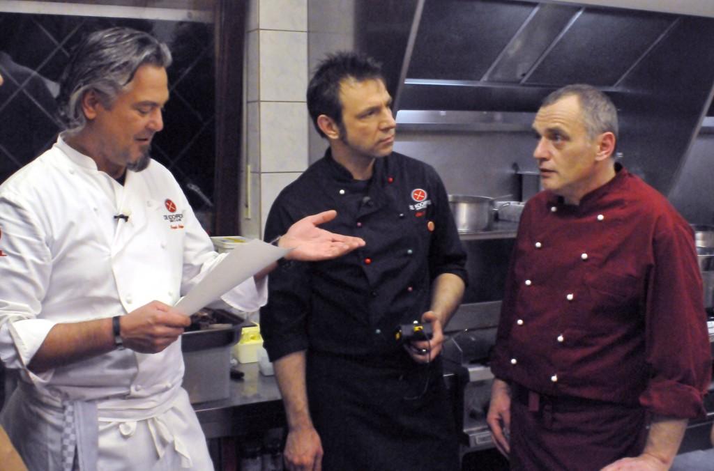 Die Kochprofis Frank Oehler (li.) und Ole Plogstedt (Mitte) mit Günter (49), dem Chef der 'Krabbenschänke'
