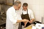 Christian Rach (li.) gibt Praktikant Artem Zubereitungstipps