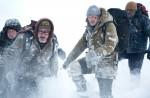 Die Überlebenden, Henrick (Dallas Roberts), Talget (Dermot Mulroney), John Ottway (Liam Neeson) und Burke (Nonso Anozie) sind stundenlang im Tiefschnee unterwegs.