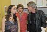 Kurt (Tim Wiliams, re.) versucht sich vor Tanja (Senta-Sofia Delliponti) und Zac (Jascha Rust) für sein Verhalten zu rechtfertigen