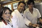 Kochprofi Mike Süsser (Mitte) mit Pächterin Mandy (li.) und Heike (re.)