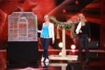 Heike Mundt (50, re.) aus Bochum mit ihrem singenden Papagei und ihre Assistentin Janina Skurt