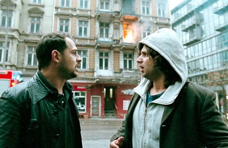 v.l.: Illias (Moritz Bleibtreu) und Zinos (Adam Bousdoukos)