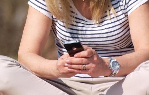Smartphone-Nutzerin, dts Nachrichtenagentur