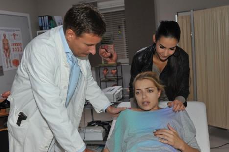 Ayla (Sila Sahin, hi.), Emily (Anne Menden) und der Arzt Hoffmann (Sandro Preuß)