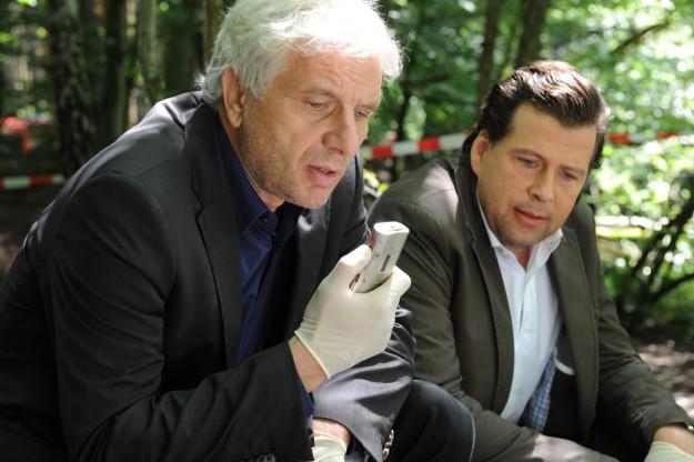Der tiefe Schlaf - Franz Leitmayr (Udo Wachtveitl) mit Kollege Lochbigl (Hans Jochen Wagner) am Tatort