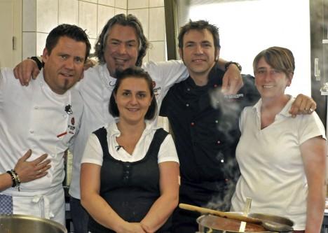 Die drei Kochprofis Mike Süsser (2.v.li.), Frank Oehler (Mitte) und Ole Plogstedt (2.v.re.) Chefin Bianca, Mi. und  rechts: Beiköchin Kerstin des Restaurants 'Franzuse Hüske'