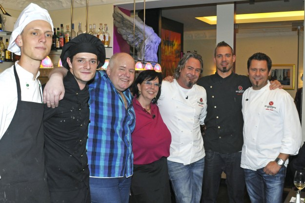 Die Kochprofis Frank Oehler (3.v.re.), Andi Schweiger (2.v.re.) und Mike Süsser (re.) mit dem Wirtspaar Martina und Michael