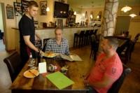 Azubi Ronny (li.) bringt Restauranttester Christian Rach sein Essen
