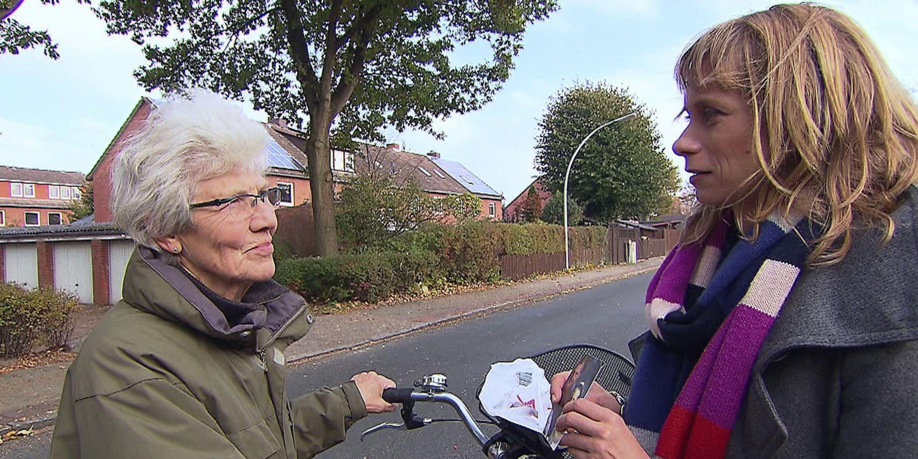 Sandra Eckardt fragt eine Passantin, ob sie Alfred auf dem Foto wiedererkennt