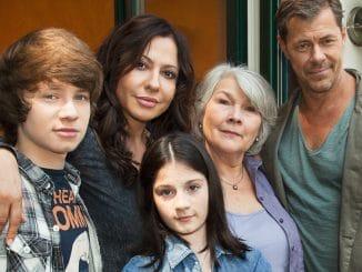 Sofie (Simone Thomalla, 2.v.li.) mit ihren Kindern Phillip (Lukas Schust) und Jenny (Alea Sophia Boudodimos), ihrem Freund Vincent (Sven Martinek, re.) und dessen Mutter Rosa (Jutta Wachowiak, 2.v.re.).