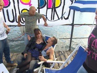 Spandau (3.v.li.) zeigt Interesse an Paco (2.v.re.), der sich zu Miris (re.) Ärger auf den Flirt einlässt...