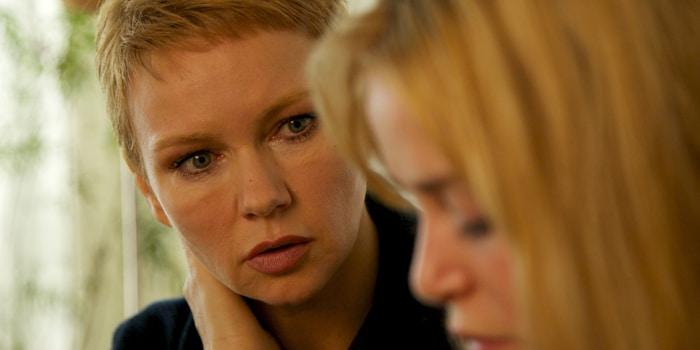 Muriel Fenn (Xenia Assenza, re.) sucht Beistand bei Lena Fauch (Veronica Ferres)