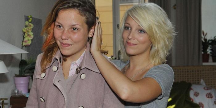 Mieze (Franziska van der Heide, l.) will beim Besuch des Jugendamts einen guten Eindruck hinterlassen und überwindet sich, ihr Outfit mit Lillys (Iris Mareike Steen) zu verbessern.