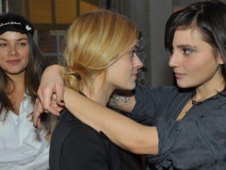 Jasmin (Janina Uhse, l.), (Madeleine Krakor, M.) und Anni (Linda Marlen Runge)