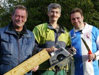 Gemeinsam mit Claus und Ralle (l.) versucht Landschaftsgärtner Ralf Dammasch (M.) seine Version einer Erdsauna umzusetzen