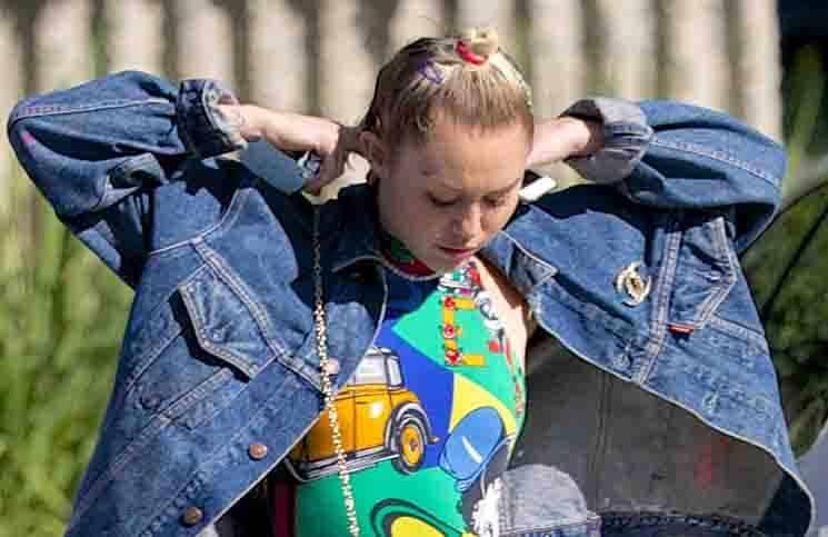 Miley Cyrus mit Lippenstift gegen Aids - Promi Klatsch und Tratsch