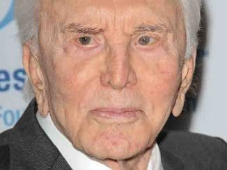 Kirk Douglas - 15th Annual An Unforgettable Evening Benefiting EIF's Women's Cancer Research Fund