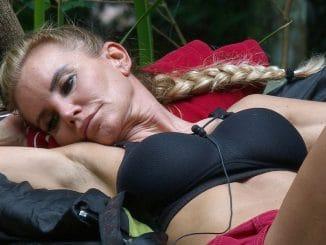Tatjana Gsell auf der Liege Ich bin ein Star _ Holt mich hier raus!