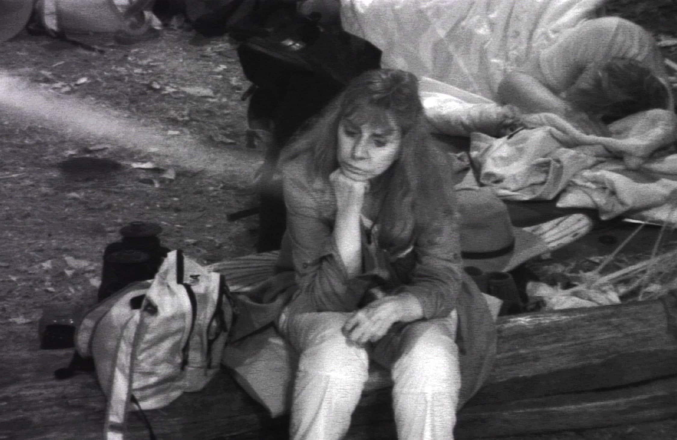Tina York sitzt alleine am Lagerfeuer Ich bin ein Star _ Holt mich hier raus!