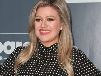 Kelly Clarkson - 2018 Billboard Music Awards Host Kelly Clarkson Photo Call