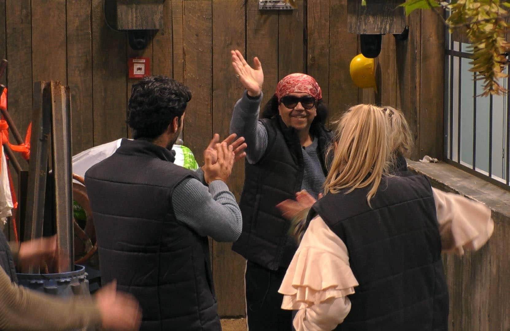 Mike Shiva verabschiedet sich von seinen Mitbewohnern.