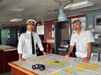 Das Traumschiff Kapitän Max Parger (Florian Silbereisen, l.) und Staff-Kapitän Martin Grimm (Daniel Morgenroth, r.)