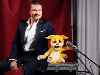 "Hardy Krüger Jr. singt mit Maki-Puppe ""Polly"""