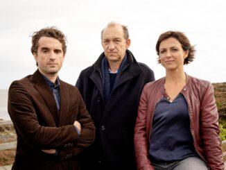 """Hinnerk Feldmann (Oliver Wnuk), Carl Sievers (Peter Heinrich Brix) und Ina Behrendsen (Julia Brendler) - ZDF zeigt """"Nord Nord Mord - Sievers und der goldene Fisch"""""""