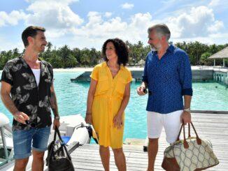 """Kapitän Max Parger (Florian Silbereisen, l.) mit Hanna Liebhold (Barbara Wussow) und Staffkapitän Martin Grimm (Daniel Morgenroth) ZDF-""""Traumschiff"""" nimmt an Ostern Kurs auf die Malediven"""