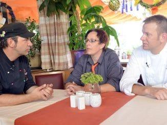Kochprofi Ole Plogstedt (li.) im Gespräch mit Servicekraft Nicole und Chef Markus