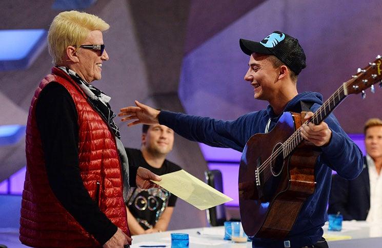 Jurymitglied Heino gratuliert Rainer Sharif (23) aus Bremerhaven zum Einzug in den Recall